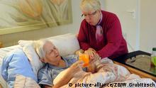 Die Mitbegründerin der Beratungsstelle Alzheimer Angehörigen- Initiative Leipzig e.V. Monika Hille betreut zu Hause ihre schwerst demenzkranke 83-jährigen Mutter, aufgenommen am 13.03.2012. Die studierte Historikerin hat mit ihrem Mann, dem promovierten Chemiker Dr.Josef Hille vor vier Jahren nach den Erfahrungen mit ihrer demenzkranken Mutter eine Beratungsstelle gegründet, die anderen Angehörigen von Alzheimererkrankten Hilfe und Unterstützung geben soll. Das engagierte Ehepaar, das inzwischen mit freiwilligen, von ihnen geschulten Helfern einen mobilen Betreuungsdienst eingerichtet hat, arbeitet gegenwärtig an überregionalen Modellprojekten. Unterstützt wird es von Wissenschaftlern der Universität Leipzig. Foto: Waltraud Grubitzsch/lsn | Verwendung weltweit