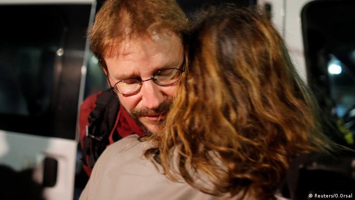 Peter Steudtner ao ser libertado da prisão Silivri, na Turquia