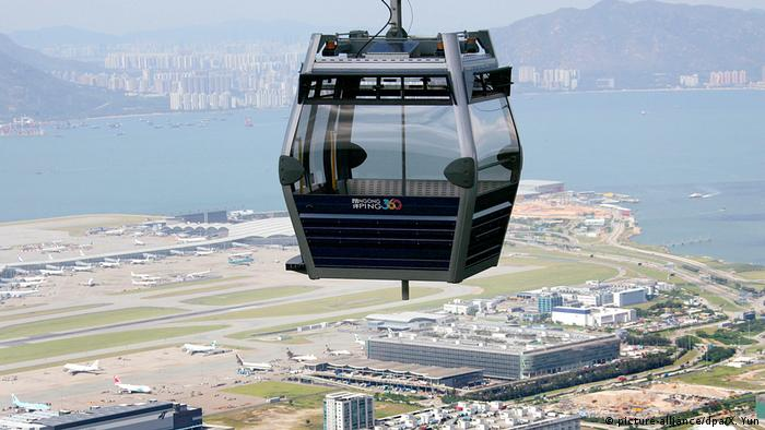 A cable car above Chek Lap Kok in Hong Kong (picture-alliance/dpa/X. Yun)