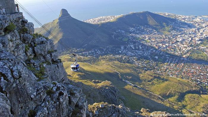 Südafrika Seilbahn Blick vom Tafelberg (picture-alliance/blickwinkel/R. Fuchs)