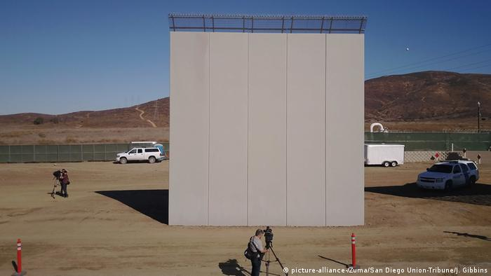 A prototype of Trumps's much-promised Mexican border wall in San Diego, USA (picture-alliance-/Zuma/San Diego Union-Tribune/J. Gibbins)
