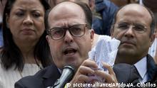 ARCHIV- Der Präsident der venezolanischen Nationalversammlung, Julio Borges, zerreißt am 30.03.2017 in Caracas (Venezuela) bei einer Pressekonferenz ein Gerichtsurteil. In Venezuela war das von der Opposition dominierte Parlament entmachtet worden. (zu dpa Venezuelas Opposition bietet autoritärem Präsidenten Maduro die Stirn vom 26.10.2017) Foto: Ariana Cubillos/AP/dpa +++(c) dpa - Bildfunk+++  