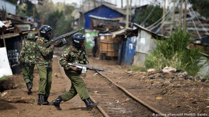 Afrika - Polizei patroulliert in Kibera Slums in Neirobi Kenia (picture-alliance/AP Photo/D. Bandic)