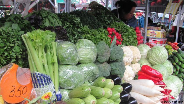 Фахівці радять споживати три порції овочів на день (200 грамів варених овочів і 200 грамів сирих овочів/салату) та дві порції фруктів (одна порція - вміст долоні)