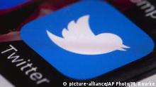 Symbolbild - Twitter Logo auf Handydisplay