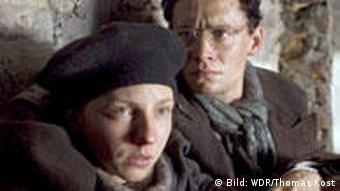 Tosia (Katharina Schüttler) und Marcel (Matthias Schweighöfer) sind in einer Szene des Films Marcel Reich-Ranicki: Mein Leben den deutschen Soldaten entkommen (Foto: WDR/Thomas Kost)