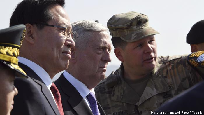 Jim Mattis, Song Young-moo DMZ Nordkorea Südkorea (picture-alliance/AP Photo/J.Yeon-Je)