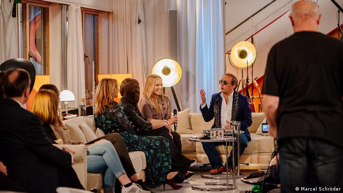 Wigald Boning, Anastacia and others seated on a couch (Foto: Marcel Schröder)