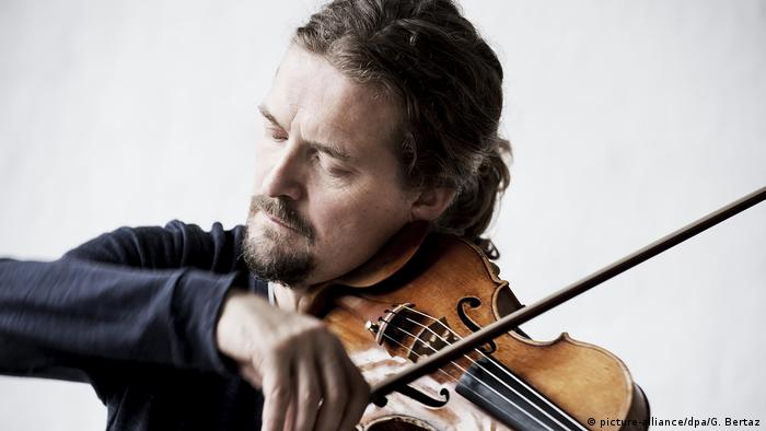 Christian Tetzlaff playing the violin (picture-alliance/dpa/G. Bertaz)