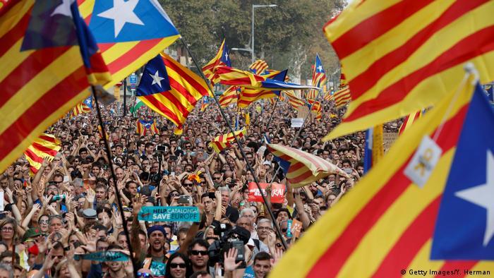 Демонстрация в Барселоне сторонников независимости Каталонии, 27 октября 2017 года