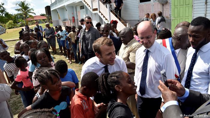 Guyane - Emmanuel Macron und französischer Bildungsminister Jean-Michel Blanquer in Maripasoula