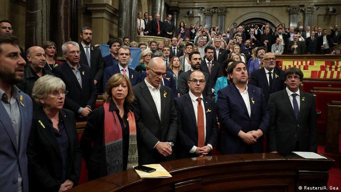 Spanien Barcelona - Katalanische Regierung und Abgeordnete singen Nationalhymne von Katalonien (Reuters/A. Gea)