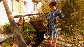 Місцева мешканка Галина Вознюк показує погреб, в якому час від часу збирається нафта