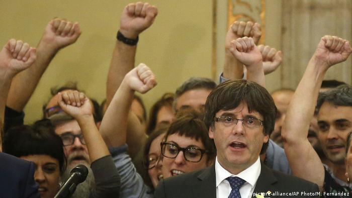 Глава каталонской администрации Карлес Пучдемон в окружении депутатов местного парламента