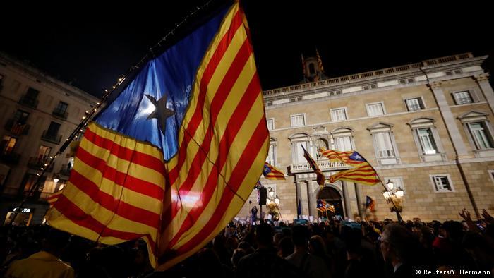 Spanien Katalonien Separatisten feiern in Barcelona (Reuters/Y. Hermann)