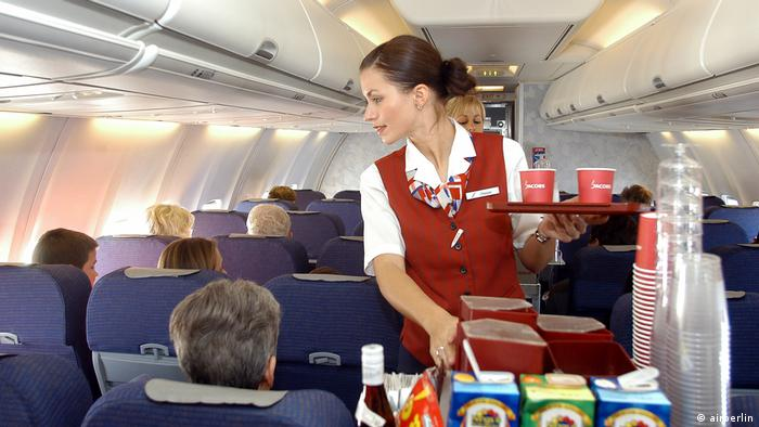 Flugbegleiterin beim Service in Uniform aus dem Jahr 2003 (airberlin)