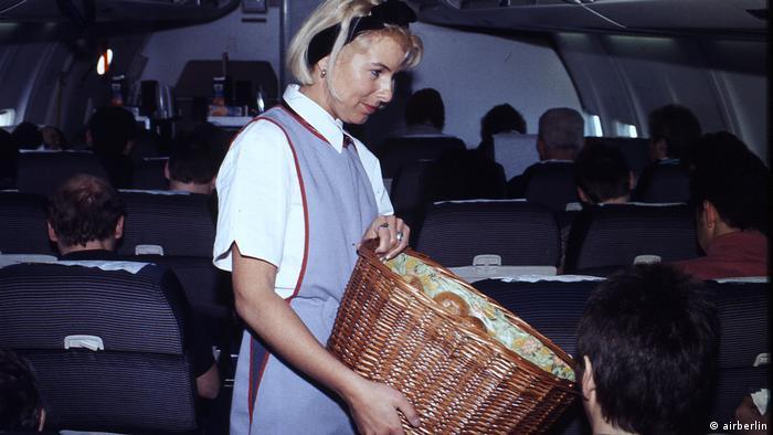 Flugbegleiterin beim Service in Uniform aus dem Jahr 1997 (airberlin)