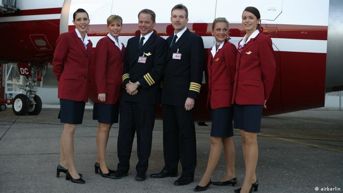 Pilot, Copilot und Flugbegleiterinnen in Uniformen aus dem Jahr 2006 (airberlin)