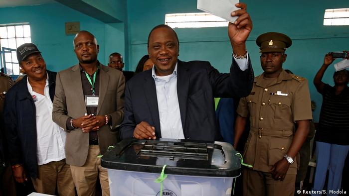 Uhuru Kenyatta vota em Gatundu, no Quênia