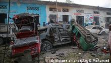 28.10.2017*** MOGADISHU, SOMALIA - OCTOBER 28: Wrecked vehicles are seen after a terror attack was carried out with a bomb-laden vehicle near Hotel Naso Hablod in Mogadishu, Somalia on October 28, 2017. Sadak Mohamed / Anadolu Agency | Keine Weitergabe an Wiederverkäufer.