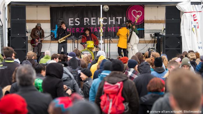 Deutschland Dresden Gegendemonstration 3. Jahrestag von Pegida