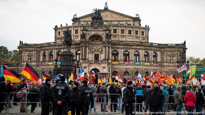 Deutschland | Dresden 3. Jahrestag von Pegida (picture-alliance/dpa-Zentralbild/M. Skolimowska)