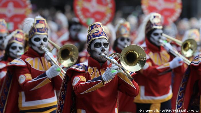 Performers participate in the Day of the Dead parade on Mexico City's main Reforma Avenue (picture-alliance/ZUMAPRESS/El Universal)