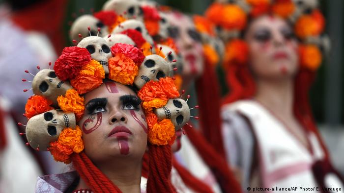 Performers participate in the Day of the Dead parade on Mexico City's main Reforma Avenue (picture-alliance/AP Photo/ E. Verdugo)