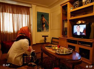 زنی ایرانی در حال تماشای سخنرانی اوباما (عکس از آرشیو)
