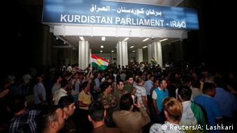 Bir grup protestocu IKBY Parlamentosu önünde