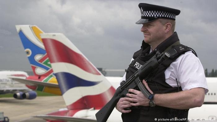 London Heathrow Sicherheit Polizei (picture-alliance/AP Photo/T. Ockenden)