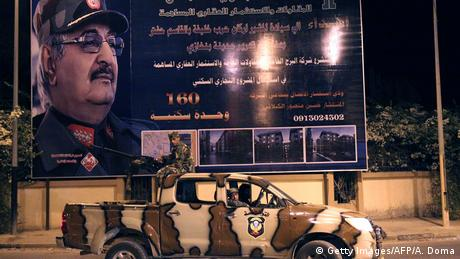 Libyen Khalifa Haftar LNA Poster (Getty Images/AFP/A. Doma)