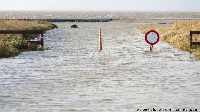 Штормова хвиля під час буревію Герватр затопила автокемпінг на березі Північного моря