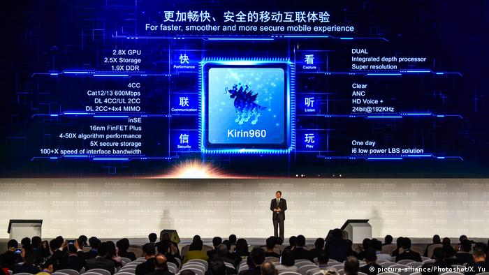 Huawei presenting a Kirin chip (picture-alliance/Photoshot/X. Yu)