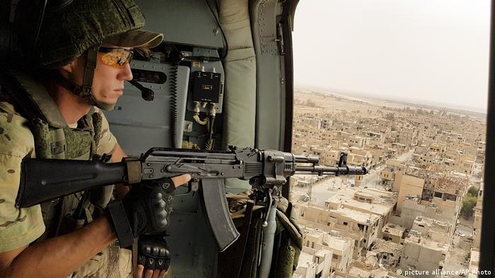 Syrien - russicher Militärhubschrauber fliegt über Palmyra