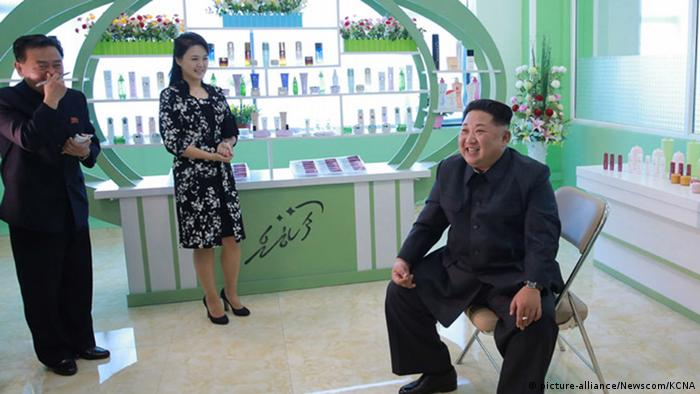 Nordkorea - Kim Jong Un mit seiner Frau uns schwester in einer Kosmetikfabrik