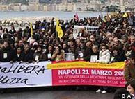Viudas, huérfanos y otras víctimas protestan el 21 de marzo de 2009 contra la mafia napolitana.