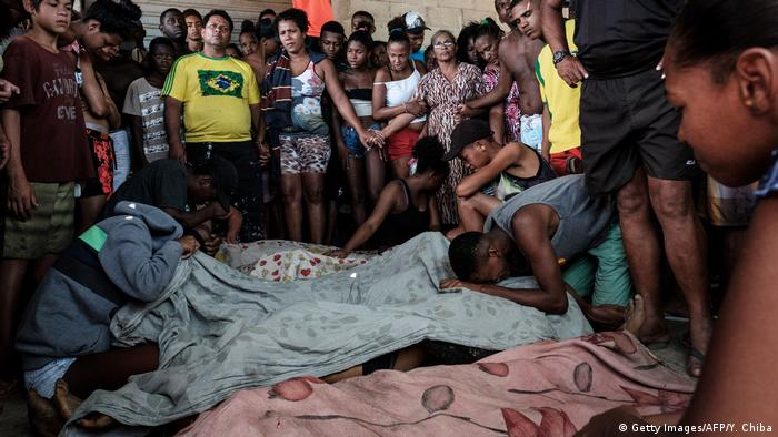Familiares lamentam mortes ocorridas durante operação policial na Cidade de Deus, no Rio de Janeiro, em 2016