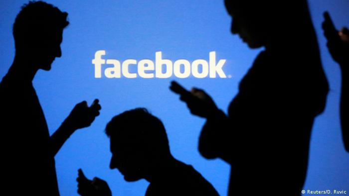Facebook User Symbolbild (Reuters/D. Ruvic)