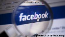 ARCHIV- Blick durch eine Lupe auf das Logo des sozialen Netzwerkes Facebook, aufgenommen am 04.02.2011 in Berlin. (zu dpa Facebook: Russische Drahtzieher kauften Platz für politische Anzeigen vom 06.09.2017) Foto: Arno Burgi/dpa-Zentralbild/dpa +++(c) dpa - Bildfunk+++ | Verwendung weltweit