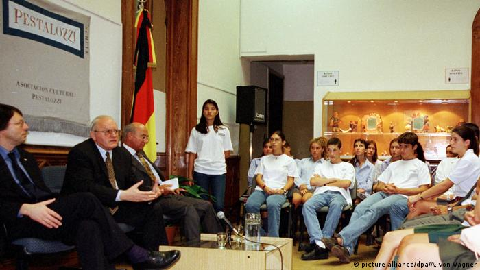 Federal President Roman Herzog (2nd from left) meets with students at the Pestalozzi School in the Argentine capital Buenos Aires in 1999 (picture-alliance/dpa/A. von Wagner)