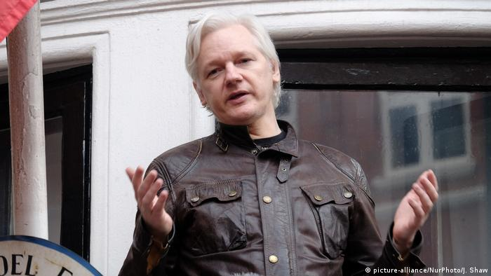 Julian Assange speaks at Ecuadorian embassy (picture-alliance/NurPhoto/J. Shaw)