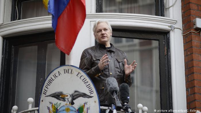 Balkon-Galerie Julian Assange in der Botschaft Ecuadors (picture alliance/dpa/C. Eckner)