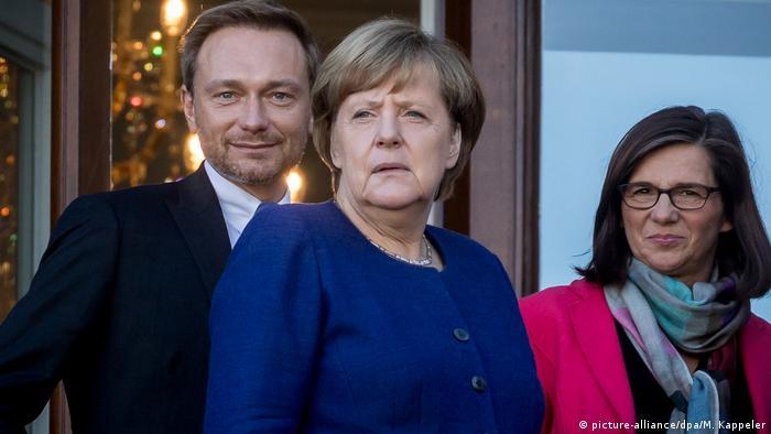 Bundeskanzlerin Angela Merkel (M.) mit FDP-Chef Christian Lindner und der Grünen-Fraktonschefin Katrin Göring-Eckardt während der Jamaika-Gespräche