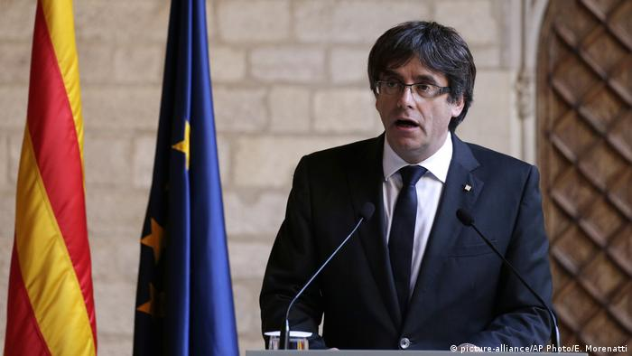 Spanien Katalonien Rede Carles Puigdemont (picture-alliance/AP Photo/E. Morenatti)