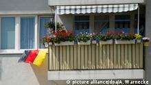 Eine Deutschlandfahne haengt am 22.06.2014 in Berlin im Stadtteil Friedrichshain waehrend der Fussball-Weltmeisterschaft aus einem Fenster. Foto: Andrea Warnecke | Verwendung weltweit