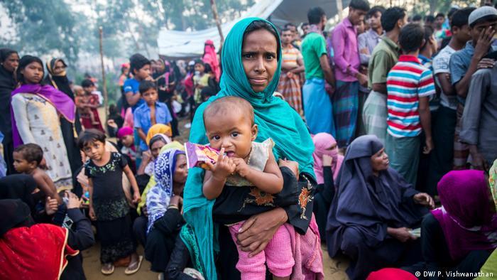 Myanmar y Bangladesh llegaron a un acuerdo y firmaron una declaración de intenciones para el retorno de los refugiados musulmanes rohinyá a la provincia birmana de Rajine, informó el Ministerio de Relaciones Exteriores de Myanmar en su página de Facebook. Todavía permanecen más de 620.000 refugiados en pésimas condiciones en campos de refugiados rohinyás en el lado bangladesí. (23.11.2017).