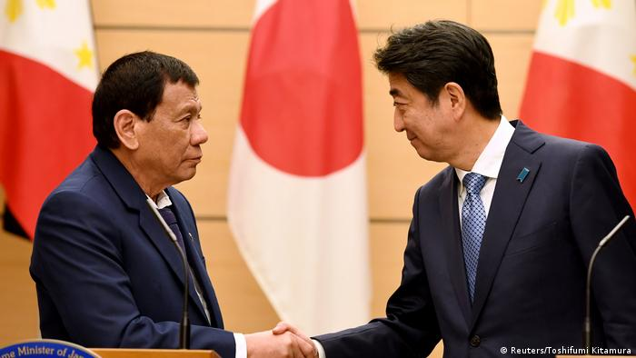 Rodrigo Duterte, Präsident der Phlippinen, und Japans Premier Shinzo Abe in Tokio (Reuters/Toshifumi Kitamura)