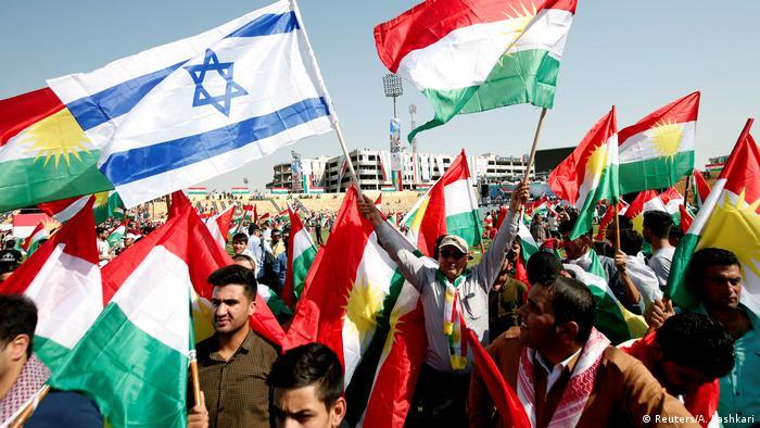 Irak Erbil - Kurden tragen isreaelische und kurdische Flaggen