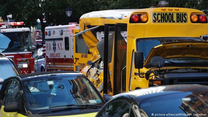 Após atingir ciclistas e pedestres, a caminhonete atingiu um ônibus escolar